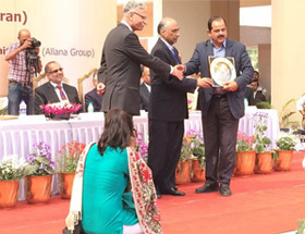 Felicitation of our Director Mr Ashok Sarin by Lt. Gen. Zameeruddin Shah, VC - AMU